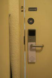 Zimmertür ohne zusätzliches Sicherheitsschloss in der Red Carpet Lodge in Seaside