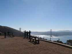 Touristen fotografieren vom Golden Gate Viewpoint aus