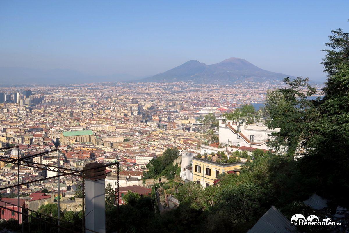 Blick vom Stadtteil Vomero aus auf den Vesuv