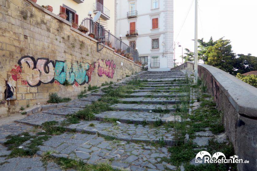 Aufstieg zum Stadtteil Vomero in Neapel