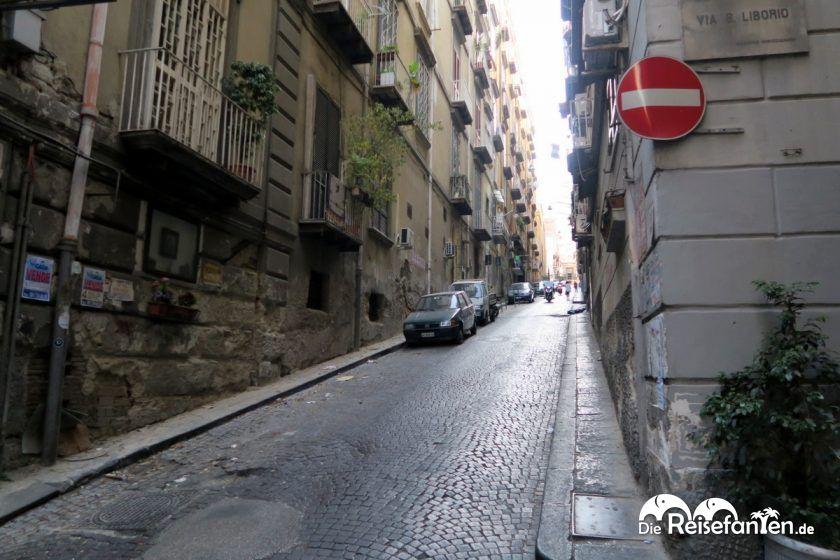 Die Via Pasquale Scura in Neapel ist eine der ältesten Straßen