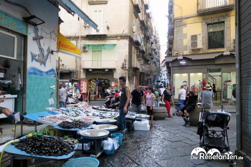 Ein Markstand auf den Straßen von Neapel