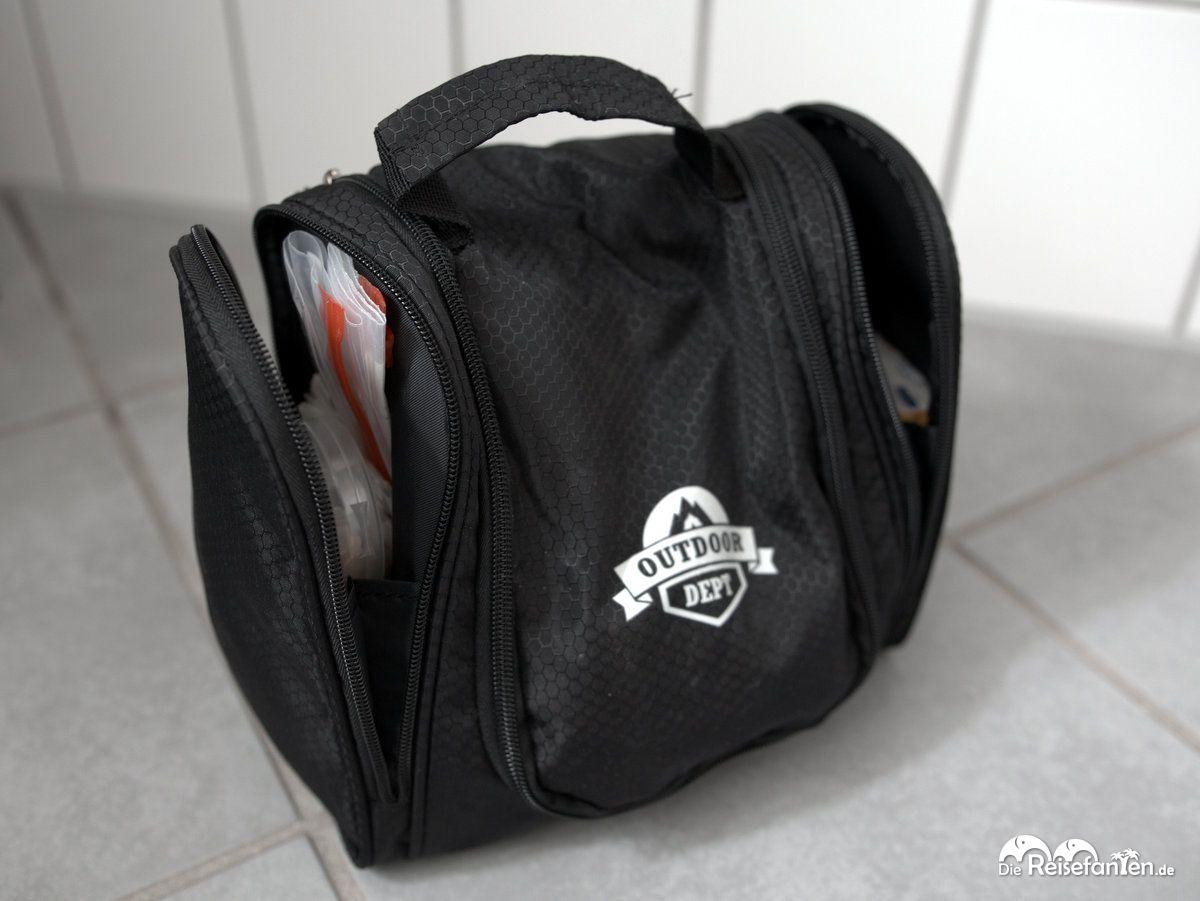 In den Seitentaschen der Kulturtasche vom Outdoor Dept ist auch noch genügend Platz