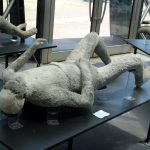 Ein Toter im Liegen aus Pompeji