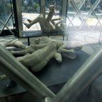 Teils sind die Toten aus Pompeji auch ineinander verbunden durch den Vulkanausbruch