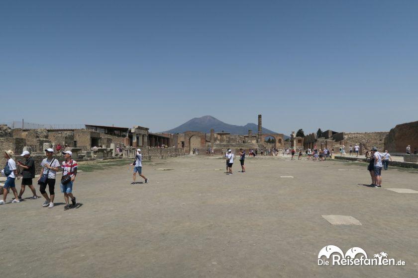Der zentrale Platz in Pompeji mit dem Vesuv im Hintergrund