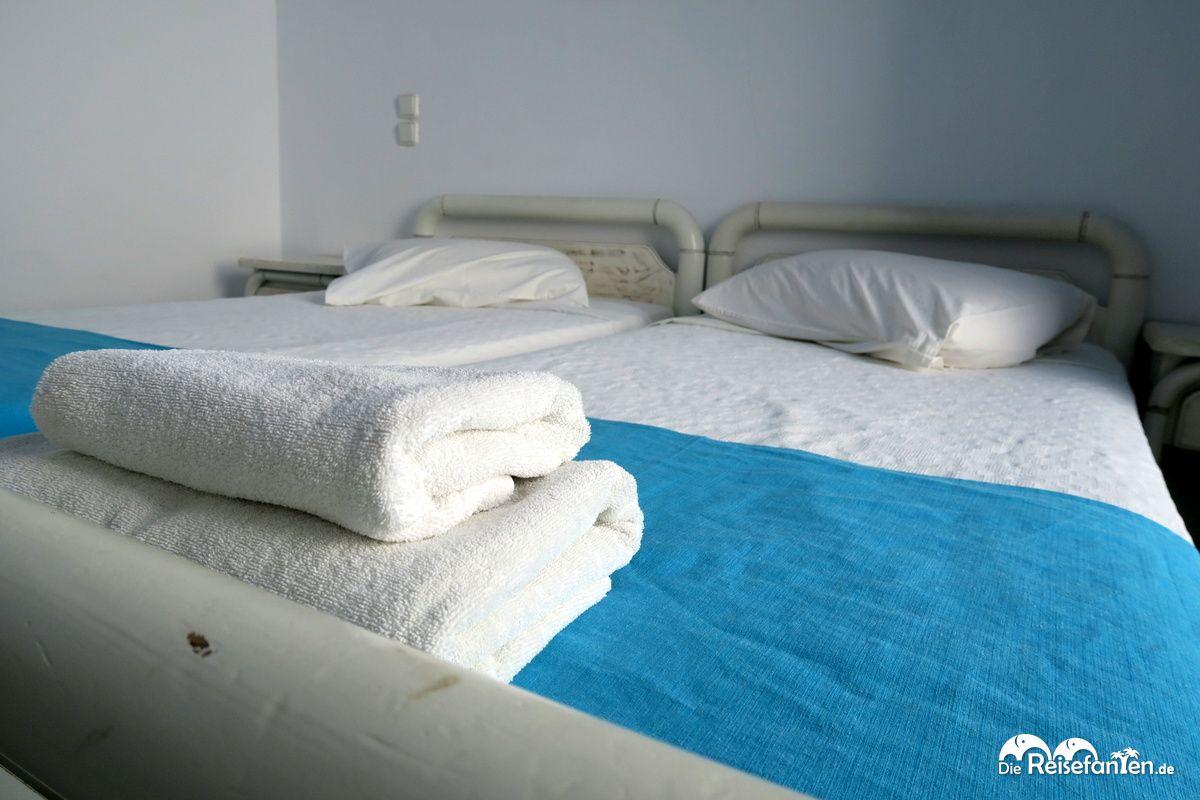 Das Doppelbett im Magas Hotel auf Mykonos