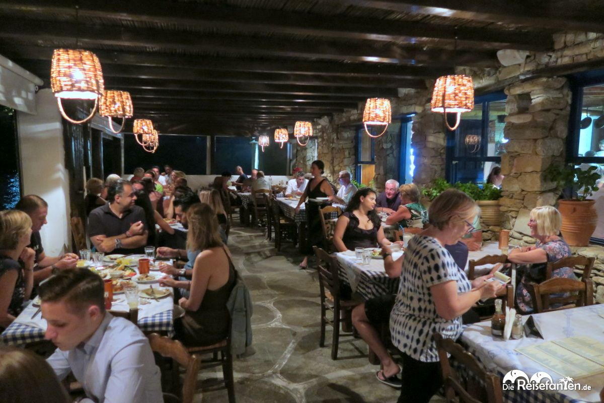 Der Gastraum am Meer in der Joanna's Niko's Place Taverna