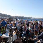 Der Wartebereich am New Port auf Mykonos füllte sich immer mehr