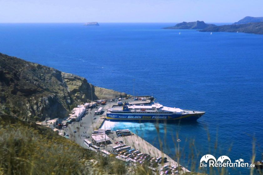 Blick auf die Anlegestelle auf Santorini