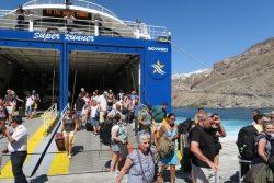Die Passagiere verlassen auf Santorini die Fähre zügig