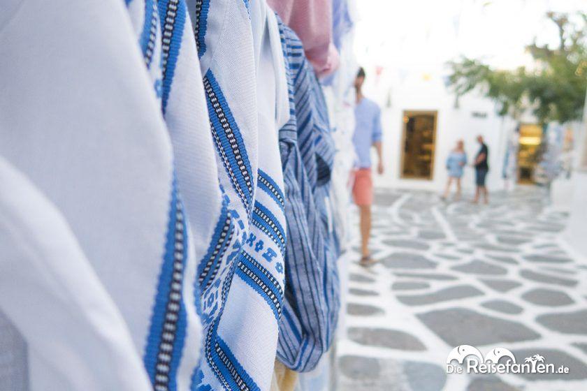 Tücher in griechischen Farben zum Verkauf in Mykonos Stadt