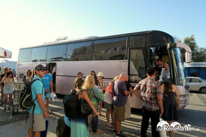 Moderne Busse auf Santorini