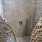 Moderner Duschbereich im Hotel Villa Manos auf Santorini