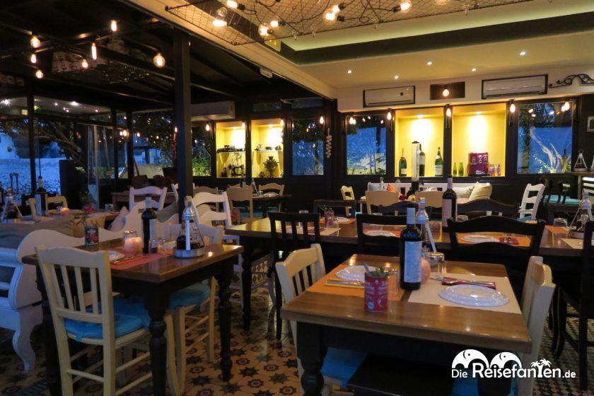 Moderner Innenbereich im Restaurant Kokkalo auf Santorini