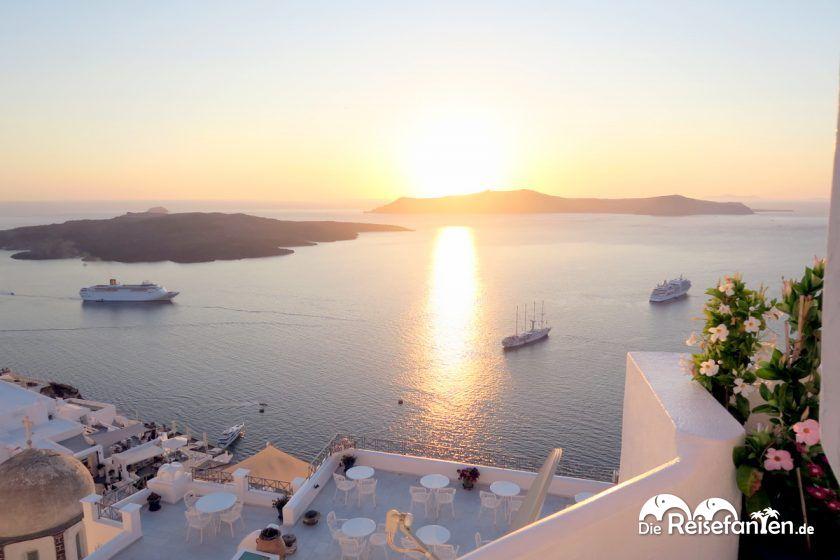 Auch in Fira auf Santorini lassen sich wunderschöne Sonnenuntergänge bestaunen