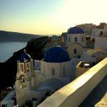 Blick auf die berühmte Kirche mit blauer Kuppel in Oia