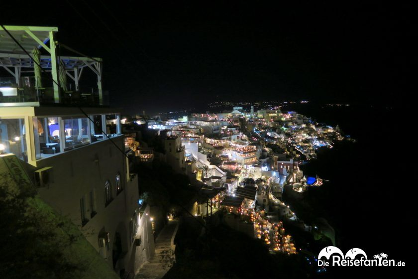 Das griechische Fira auf Santorini bei Nacht