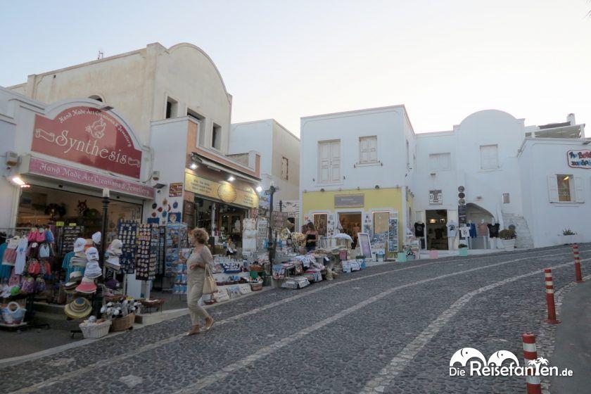Die steile Mitropoleos Street hinauf zum Sonnenuntergang in Fira
