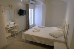 Doppelzimmer im Hotel Villa Manos auf Santorini