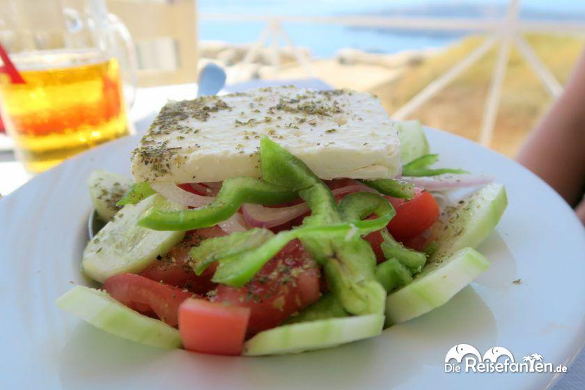 Griechischer Salat in der Stani Tavern in Fira auf Santorini