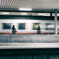 Ein Zug der Deutschen Bahn fährt in einen Bahnhof ein