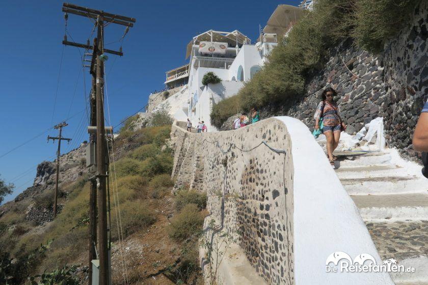 Der steile Fußweg zum Alten Hafen unterhalb Firas