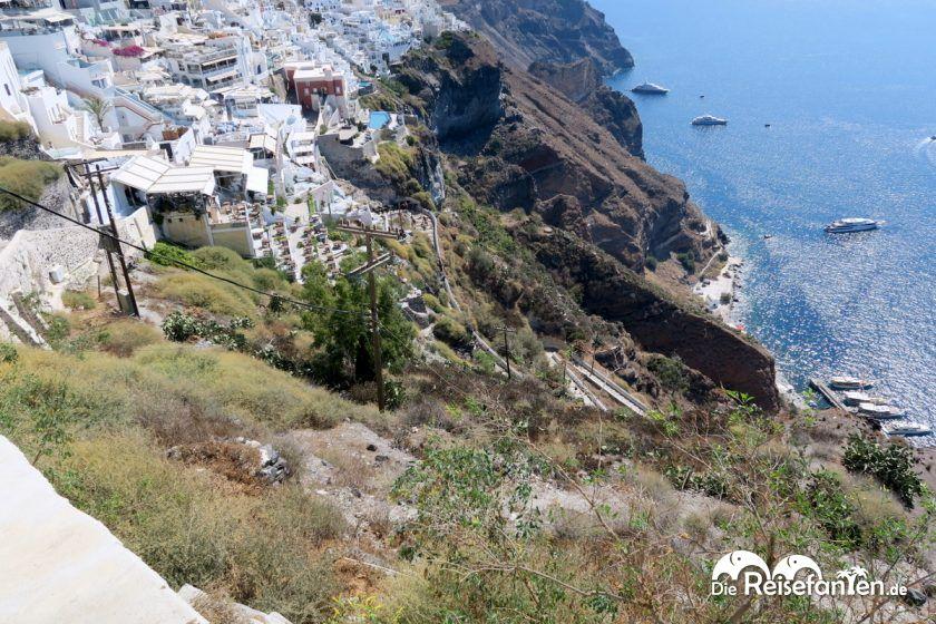Der steile Hang oberhalb des Alten Hafens von Fira