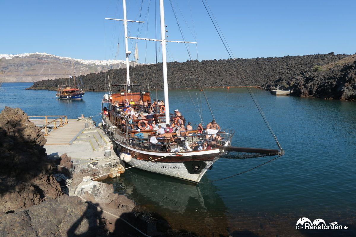 Das Boot unseres Ausflugs am Vulkan von Santorini