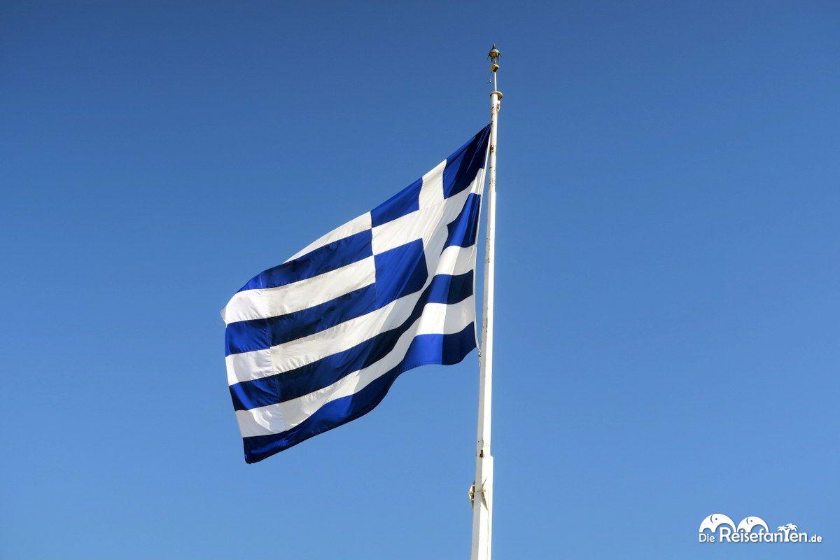 Die griechische Flagge auf der Akropolis in Athen