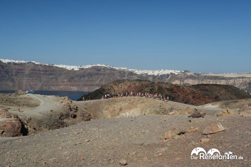 Besuchergruppe auf den Wegen des Vulkans von Santorini