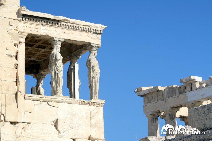 Das Dach getragen von Figuren bei der Akropolis in Athen