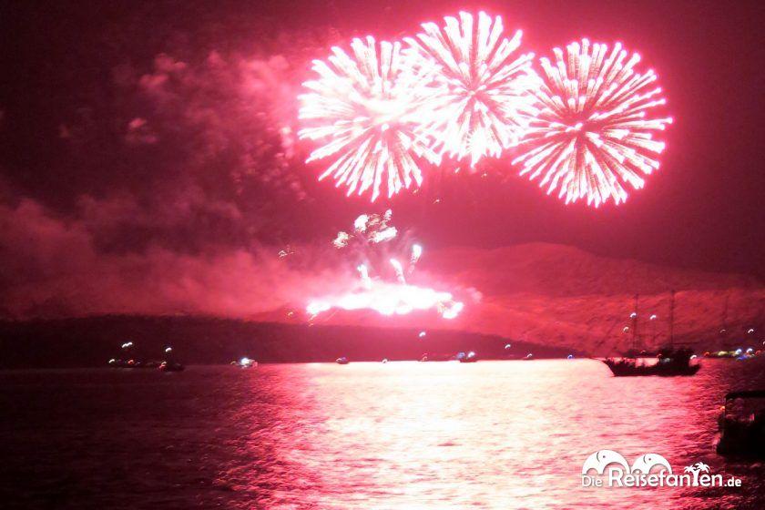 Das Feuerwerk des Vulkans von Santorini