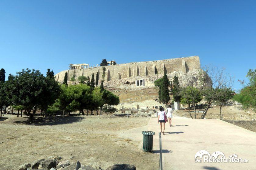 Die Akropolis in Athen vom Fuße des Hügels aus gesehen