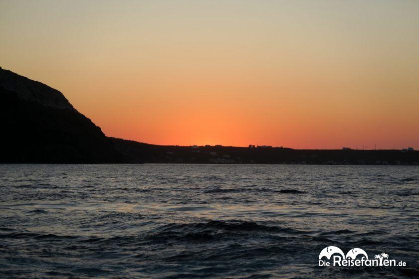 Die letzte Landzuge Thirasias verdeckt die untergehende Sonne