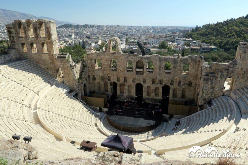 Großes Amphitheater mit Athen im Hintergrund