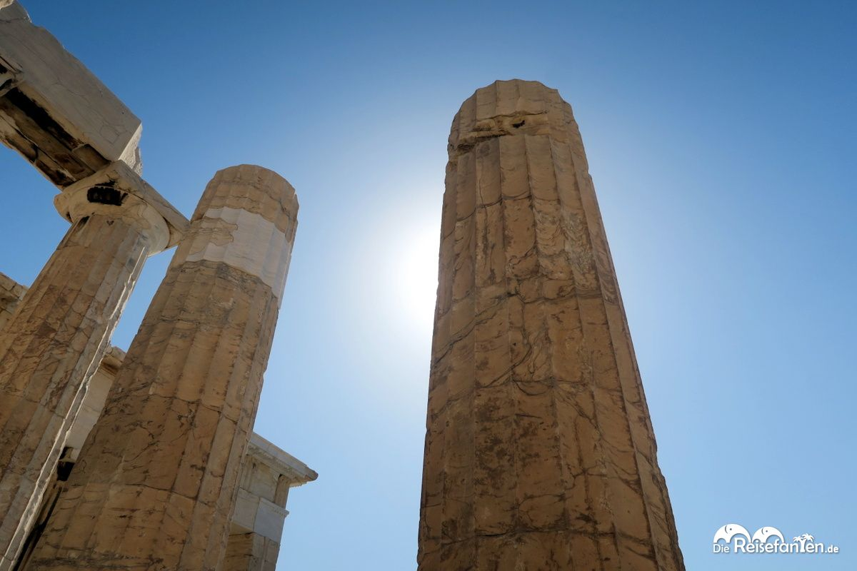 Säule gegen die Sonne fotografiert bei der Akropolis in Athen