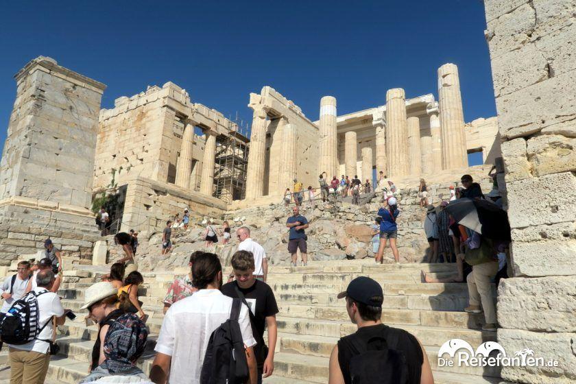 Viele Touristen in der Akropolis in Athen