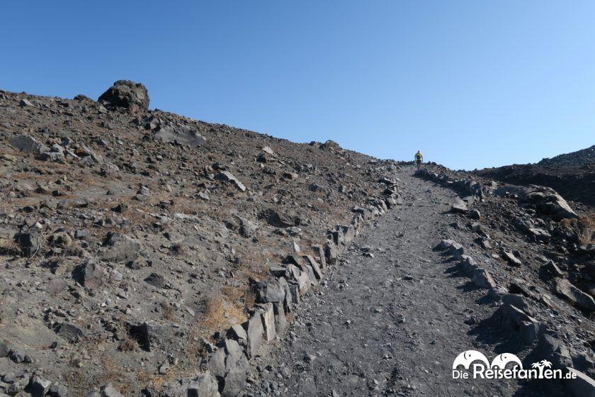 Wege auf dem Vulkan von Santorini