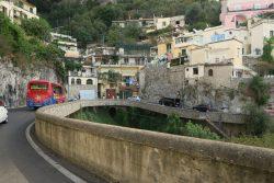 Ortsdurchfahrt an der Amalfiküste