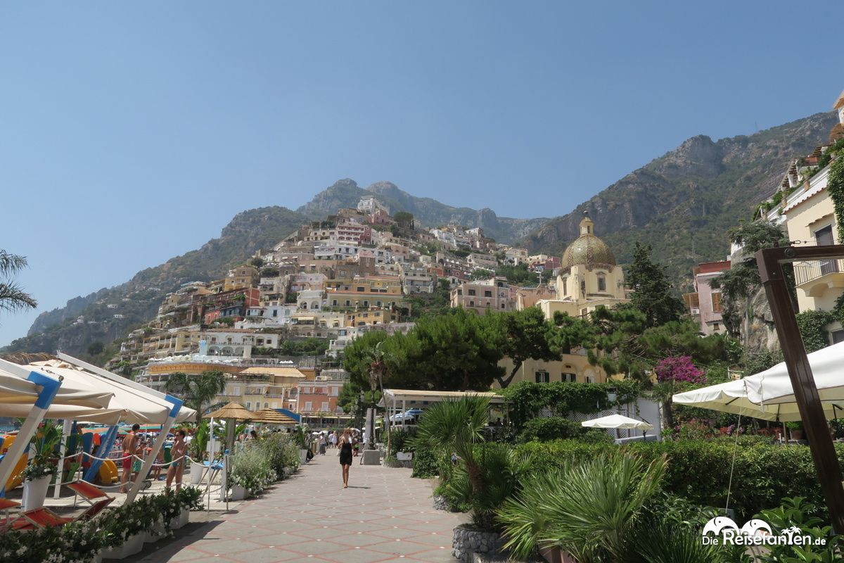Positano ist am Hang der Amalfiküste gelegen