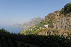 Blick von der Amalfitana auf die Küste