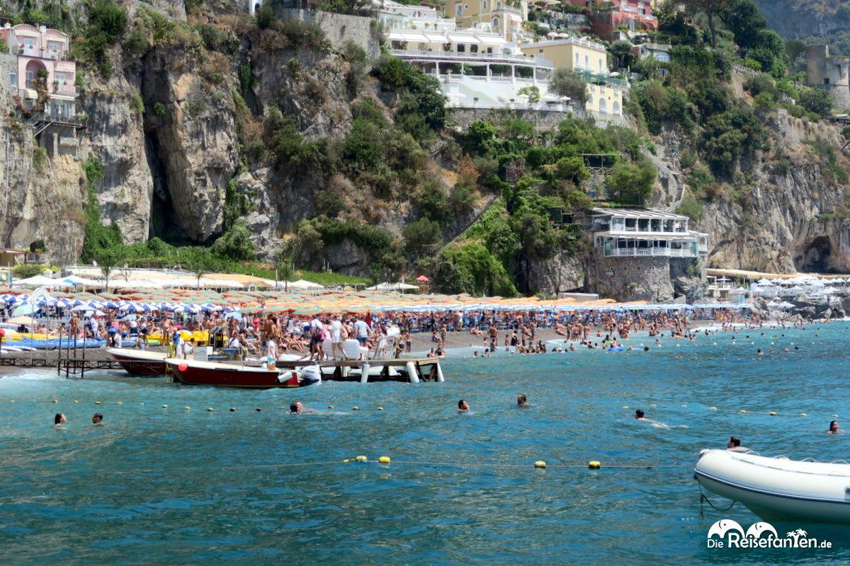 Der Strand von Positano ist mehr als gut gefüllt