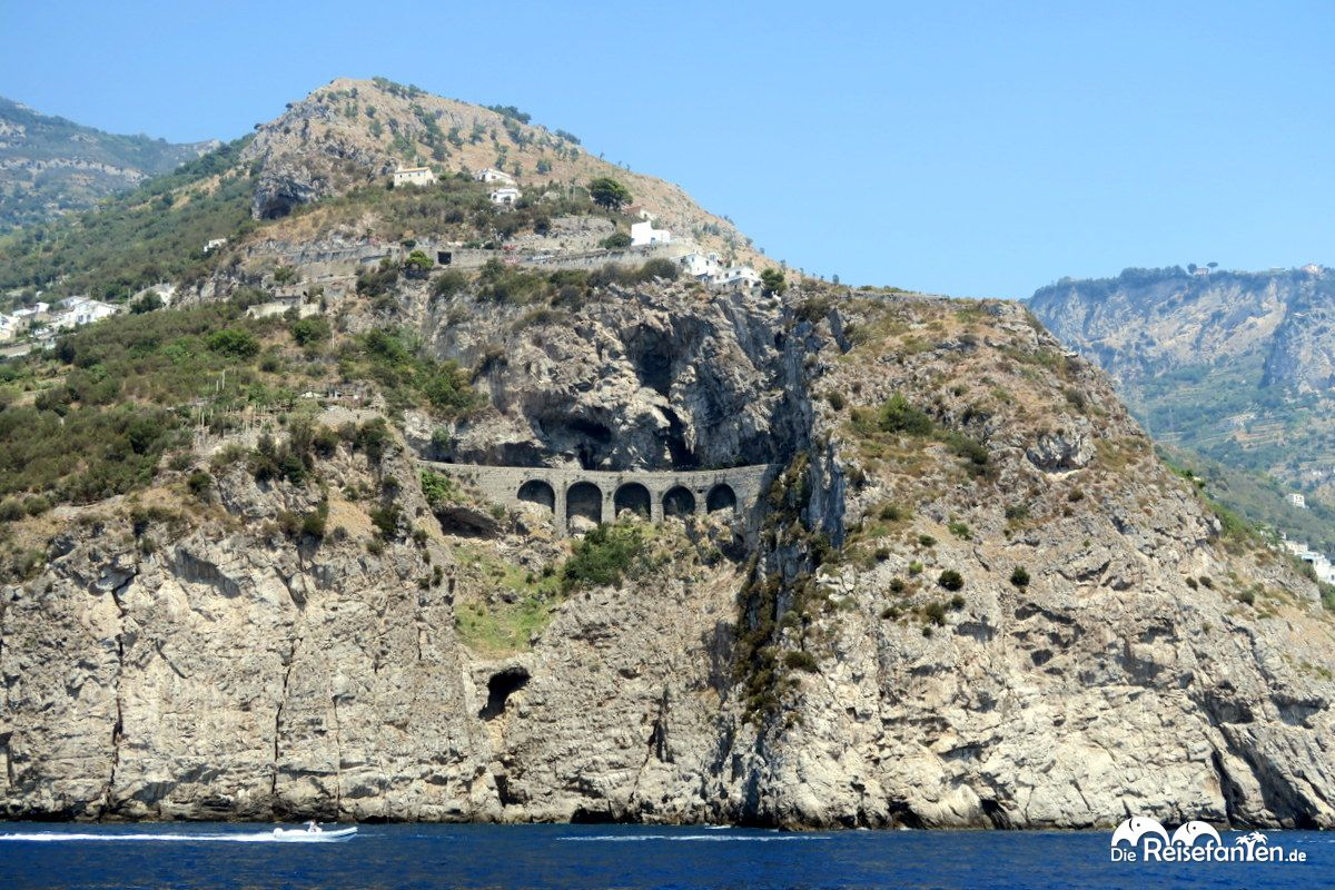 Die Amalfiküste mit den abenteuerlichen Straßen vom Boot aus gesehen