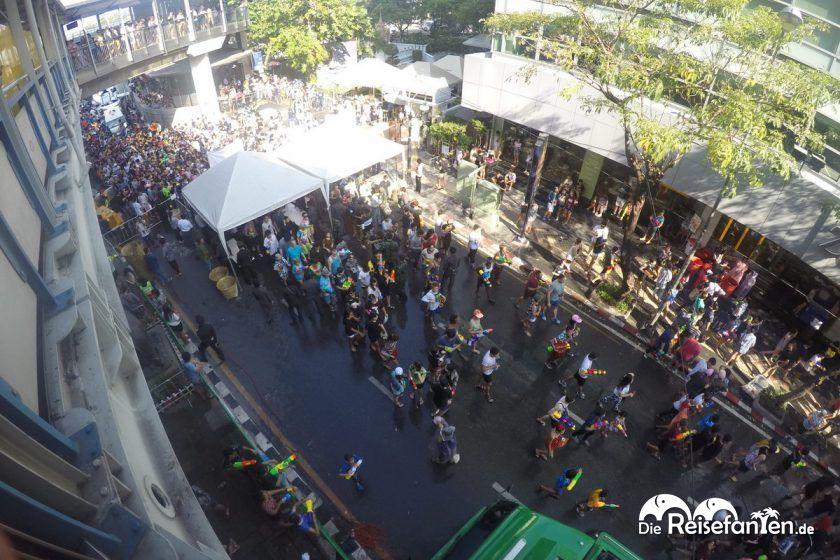 Einlasskontrolle an der Silom Road während des Songkran in Thailand