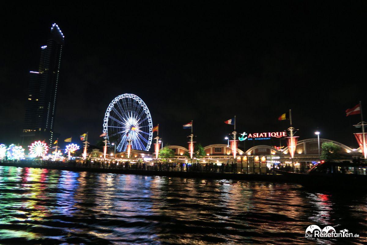 Blick auf den Asiatique Nachtmarkt in Bangkok