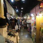 Verkaufsgang im Asiatique Nachtmarkt in Bangkok