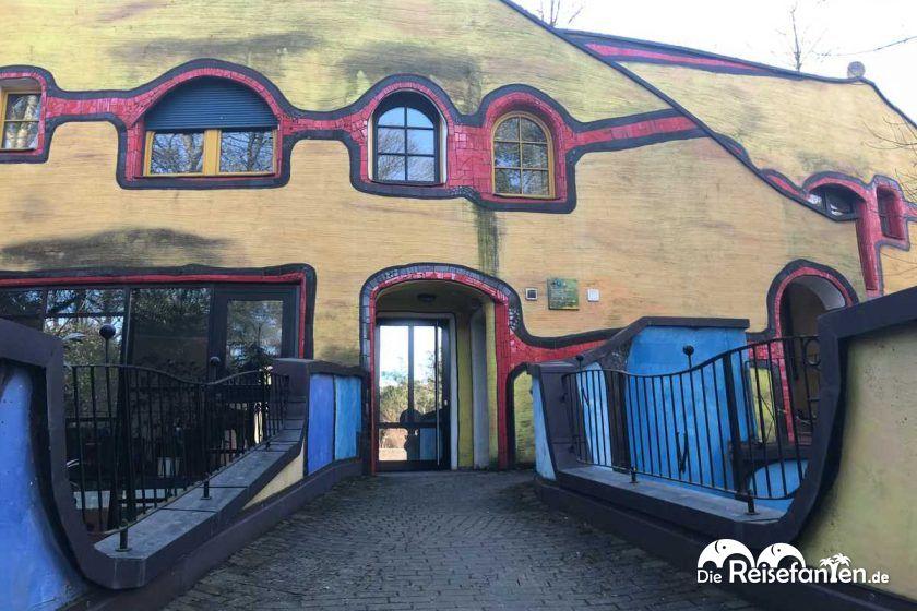 Der Eingang zum Hundertwasser Haus Grugapark in Essen