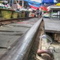 Auf Millimeter genau verbaute Standflächen am Mae Klong Markt