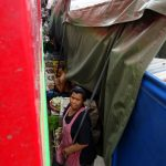 Die enge Vorbeifahrt des Zuges am Mae Klong Markt